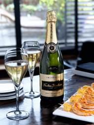 典雅有勁的Champagne Nicolas Feuillatte Brut Blanc de Blancs 2008是極好的香檳年份,陳存 8 年或以上,金光閃爍,入口生動,餘韻悠長。