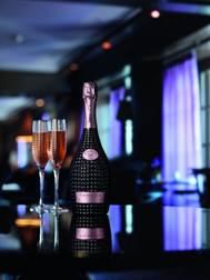 有限度生產的Champagne Nicolas Feuillatte Prestige Cuvée Palmes d'Or Rosé 2006採用100%黑皮諾釀造,陳存至少 5 年。酒釀風格典雅細膩。