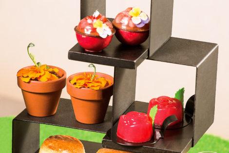 花香甜點包括Perrier-Jouët香檳果凍配士多啤梨慕絲、茉莉花芒果意大利果凍配金盞花朱古力「泥土」、玫瑰花土耳其軟糖