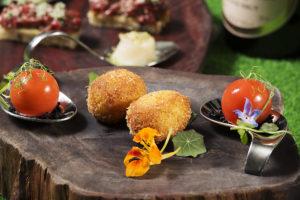 鹹點包括外型恰如番茄的琉璃苣蕃茄煙肉慕絲、金蓮花伊比利亞辣香腸脆卷