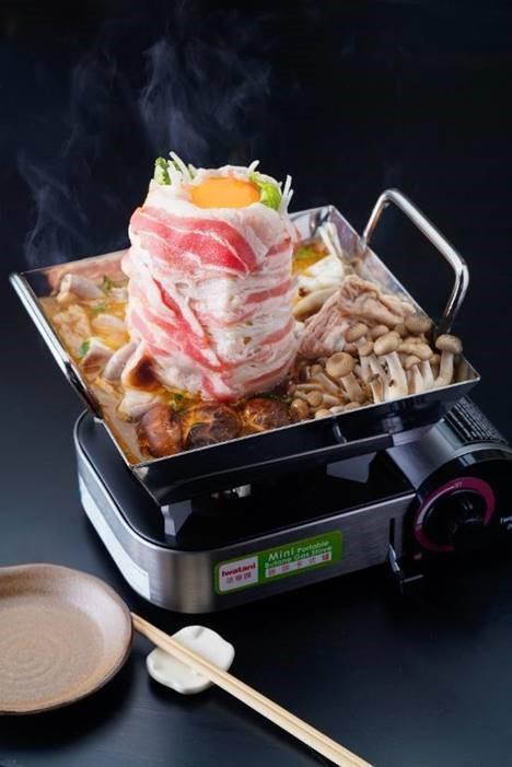 白金豚豬雜鍋由多種豐富材料而成,鍋底有已經煮軟腍的豬小腸、豬大腸、豬粉腸、和牛腸,配上日本本菇、冬菇、韮菜鋪滿四角。